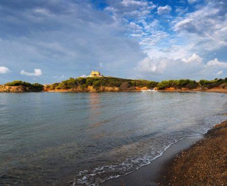 Plage de sable noir sur l'ile de Porquerolles